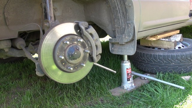 Замена передних тормозных колодок Hyundai Grand Starex
