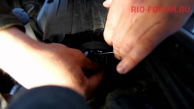 Замена лампочки в фаре головного света Kia Rio