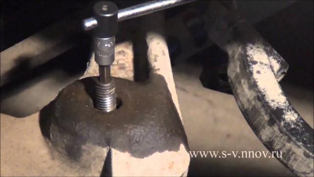 Демонтаж передней стойки амортизатора Dodge Stratus