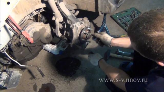 Демонтаж поворотного кулака Dodge Stratus