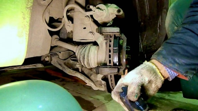 Замена передних тормозных колодок на Geely MK Cross
