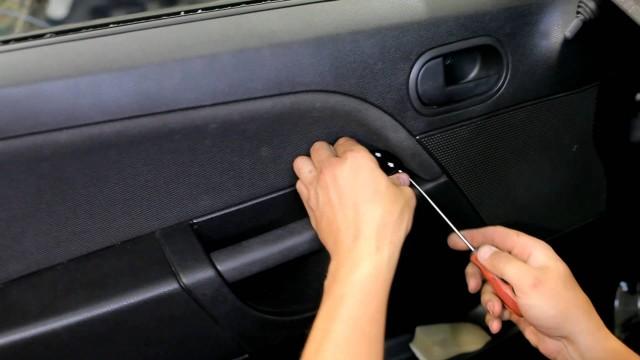 Снятие обшивки двери Ford Fiesta