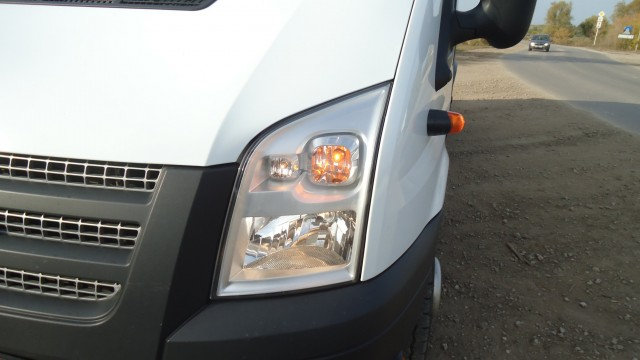 Замена лампы в фаре Ford Transit