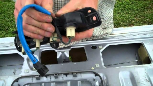 Замена стоп-сигнала на задней двери Mitsubishi L200
