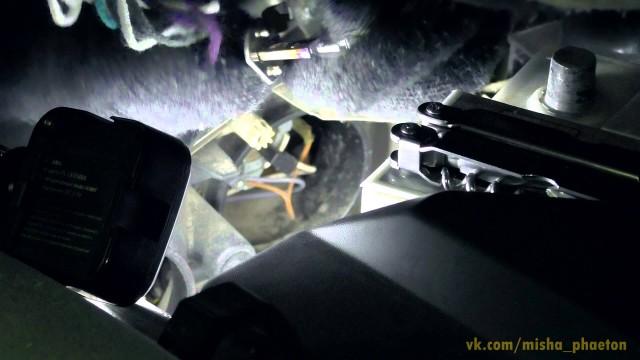 Замена лампы ближнего света Opel Omega B