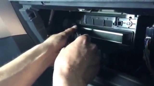 Замена салонного фильтра Toyota Auris