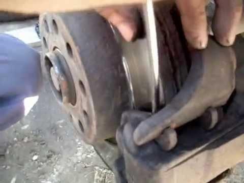 Замена передних тормозных колодок Volkswagen Caddy