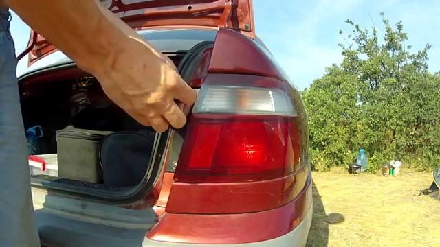 Замена ламп в задней фаре Mazda 626 GF