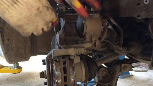 Замена передних тормозных колодок Nissan Primera