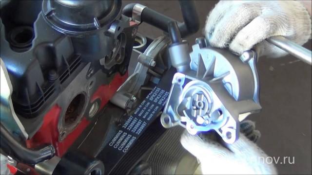Демонтаж вакуумного насоса с двигателя Cummins ISF 2.8L Газель Next Бизнес