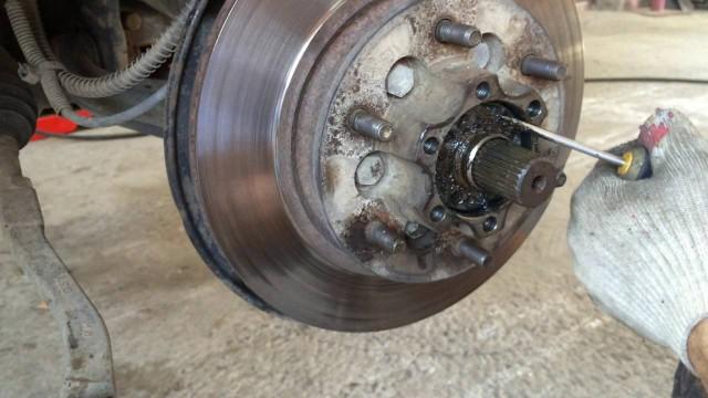 Замена передних тормозных дисков и колодок SsangYong Rexton
