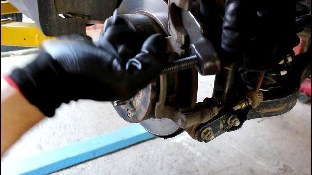 Замена задних тормозных колодок Hyundai ix35