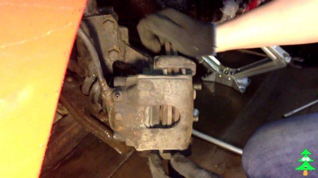 Замена передних тормозных колодок Kia Sephia