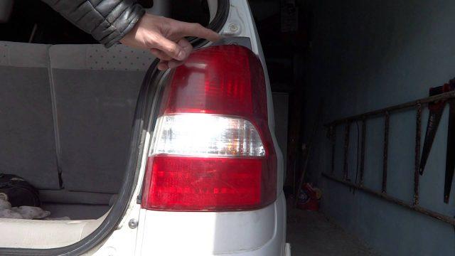 Снятие заднего фонаря Mazda Demio