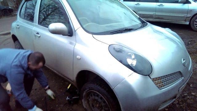 Замена передних колодок Nissan Micra