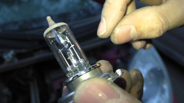 Замена лампочки ближнего света Peugeot 107