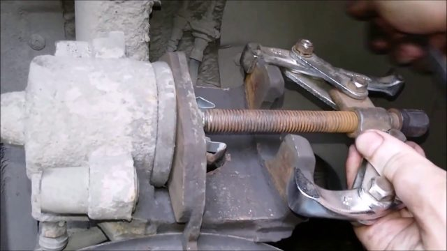 Замена передних тормозных колодок Skoda Yeti