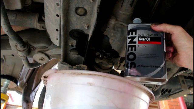 Замена масла в переднем и заднем мосту Toyota Noah