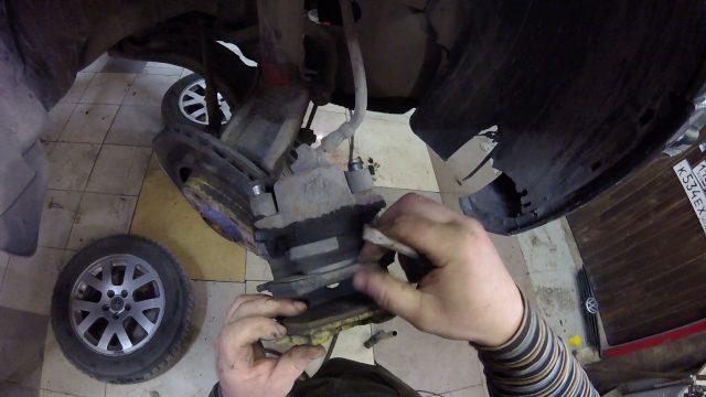 Замена передних тормозных колодок Volkswagen Bora