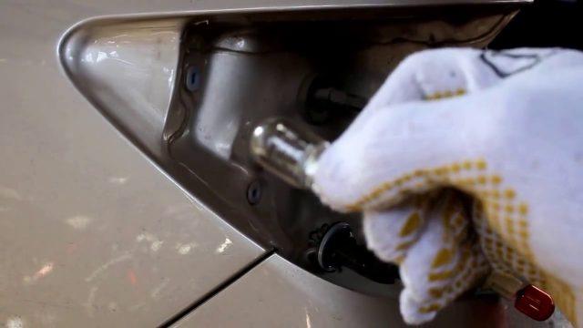 Замена лампочек в задних фарах Chevrolet Epica