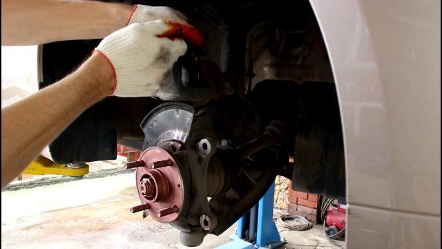 Замена передних тормозных колодок Chevrolet Epica