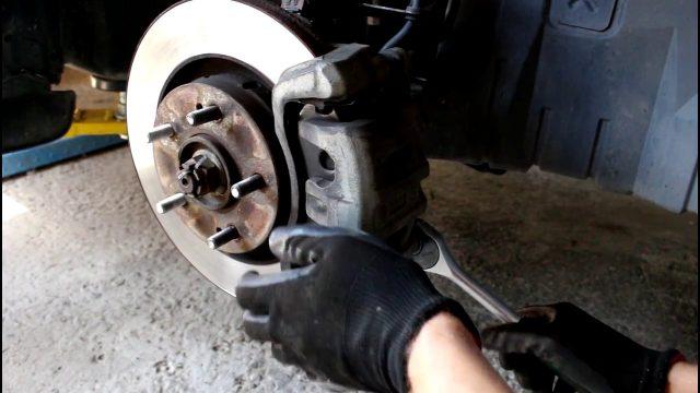 Замена передних тормозных колодок и дисков Citroen C-Crosser