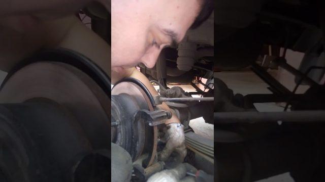 Замена задних тормозных колодок Hummer H3