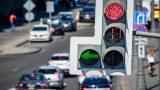 Видео: пешеход «притворился» автомобилем на перекрестке