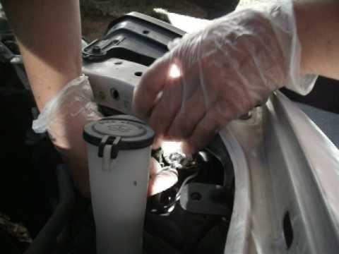 Замена лампы в передней фаре Hyundai Tiburon