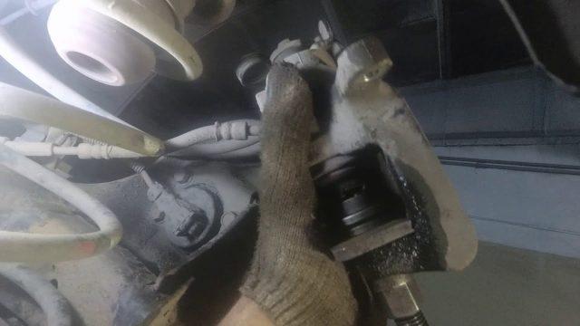 Замена задних тормозных колодок Kia Venga