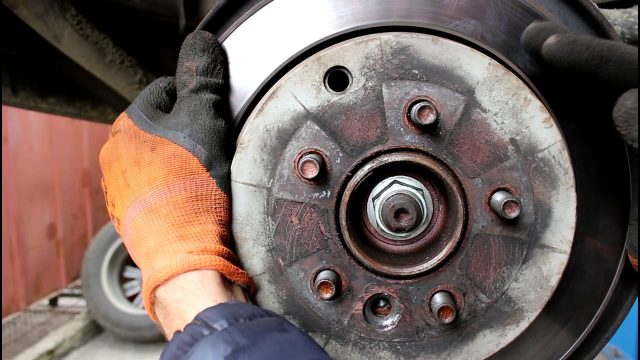 Замена задних тормозных дисков Land Rover Discovery 3