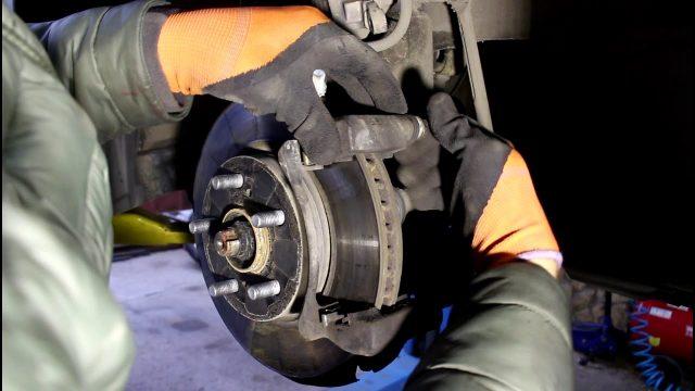 Замена передних тормозных колодок Lexus CT 200h