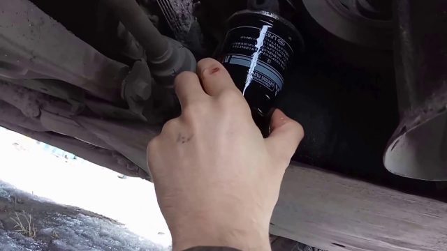 Замена масла в двигателе Mitsubishi Carisma