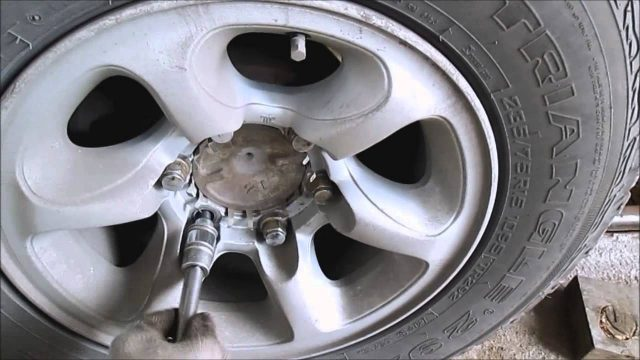 Замена тормозных колодок Mitsubishi Delica