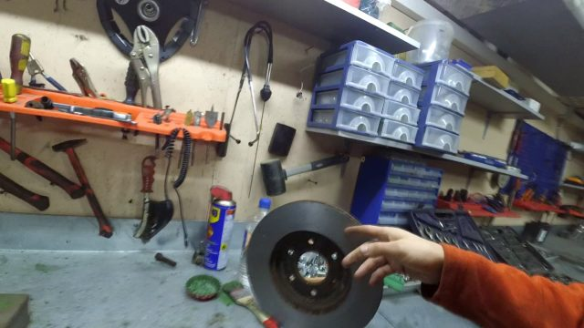 Замена передних тормозных колодок Nissan Navara